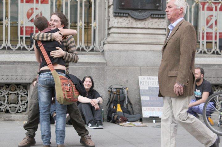 Thomas Seiger verschenkt in der Grazer Innenstadt Umarmungen und ein Lächeln
